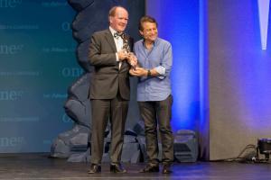 Dr Pearse Lyons, założyciel i prezes firmy Alltech, nagradza Peter'a Diamandis, założyciela XPRIZE Foundation i współzałożyciela Singularity University, nagrodą Alltech Humanitarian Award podczas ONE17