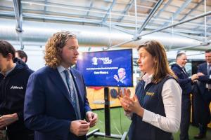 Соучредитель сельскохозяйственного стартапа Breedr Клэр Льюис разговаривает с доктором Марком Лайонсом, президентом и руководителем Alltech, в первый день программы бизнес-акселератора Пирса Лайонса 2019 в Dogpatch Labs в Дублине, Ирландия.