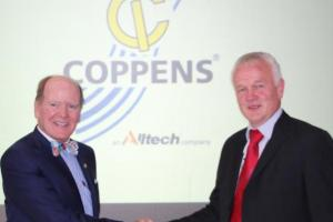 Anno Galema, administrerende direktør i Coppens International (høyre), med dr. Pearse Lyons, Alltechs grunnlegger og president (venstre), feirer gjennomført oppkjøp av Coppens International, en ledende produsent av akvakulturløsninger og -ernæring.