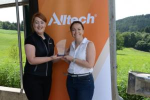 Alltech Avrupa İletişim Müdürü Tracey Flinter, ödüle layık görülen genç gazetecilerden biri olan Caroline Stocks'a  IFAJ – Alltech : Zirai Endüstrideki Genç Liderler 2016 ödülünü takdim etti.