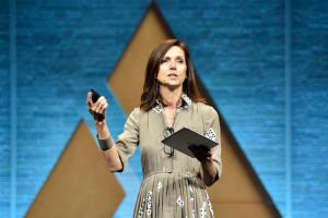 Beth Comstock, ancienne vice-présidente de General Electric, partage trois stratégies pour adopter et créer des changements innovants.