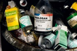 ขวดยาปฏิชีวนะและฮอร์โมนที่ใช้แล้วถูกทิ้งในถังขยะภายในฟาร์มสุกรในเยอรมนี ภาพโดย: คลังภาพอาลามี