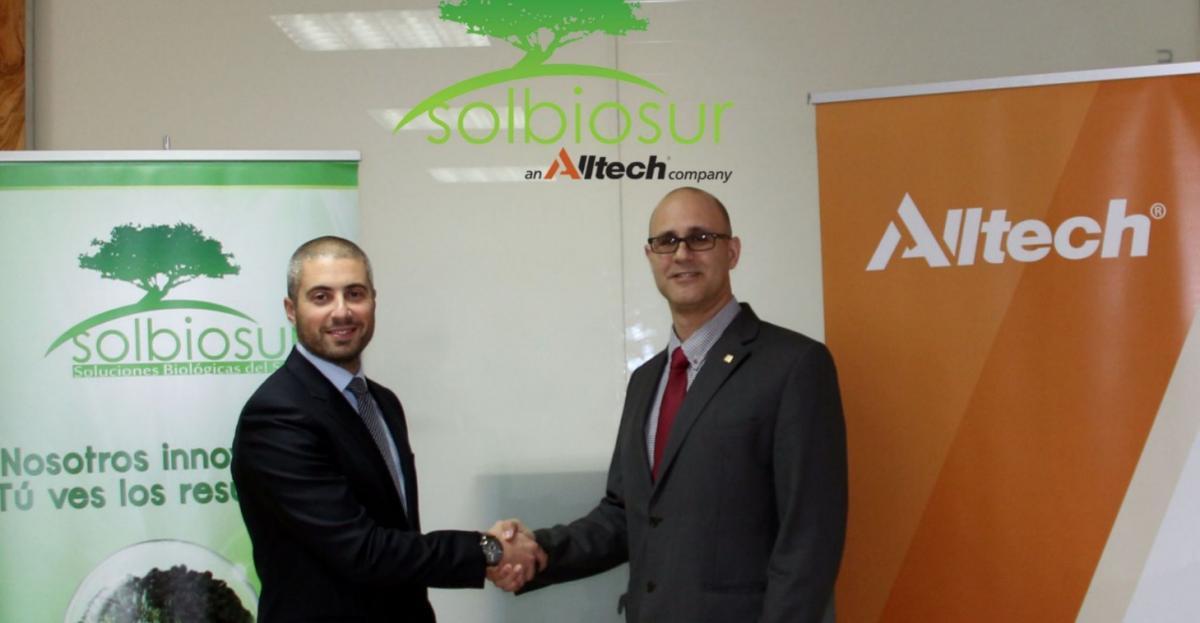 En la foto, Pedro Navarro (director comercial de Solbiosur) y Jomi Bernad Blanch (director regional de Alltech para España y Portugal) en la firma de la adquisición.
