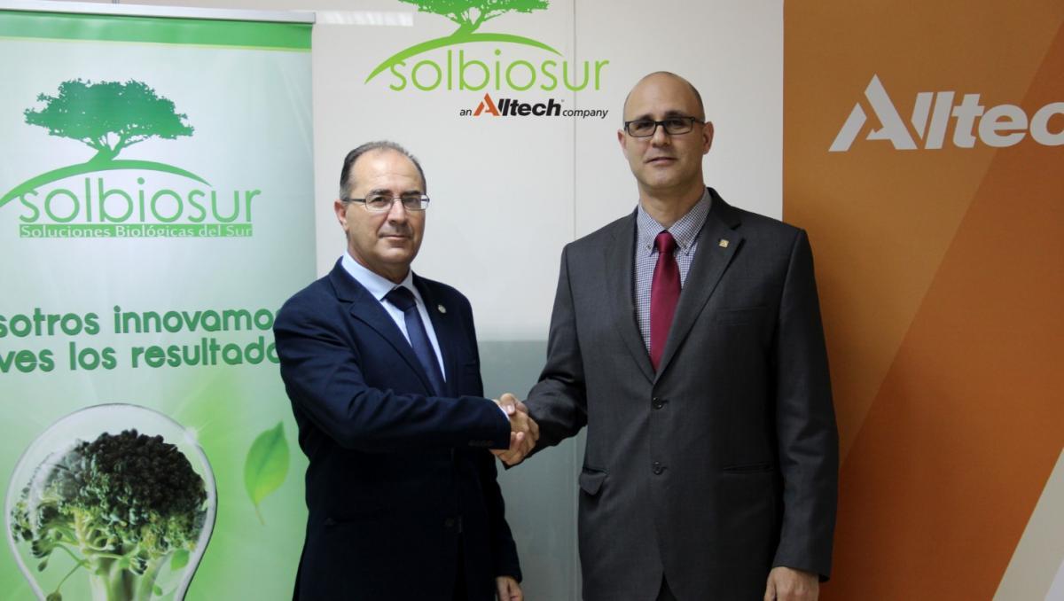 En la foto, Joaquín Martínez (director gerente de Solbiosur) y Jomi Bernad Blanch (director regional de Alltech para España y Portugal) en la firma de la adquisición.