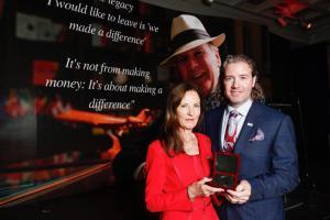 El recientemente fallecido emprendedor y científico irlandés afincado en EE.UU., el Dr. Pearse Lyons, recibe la medalla Kennedy-Lemass de 2018